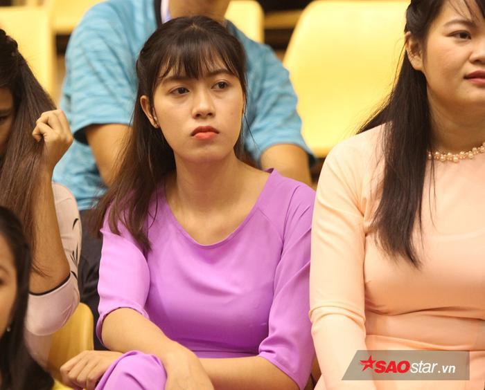 Fan nữ xinh cũng buồn không kém.