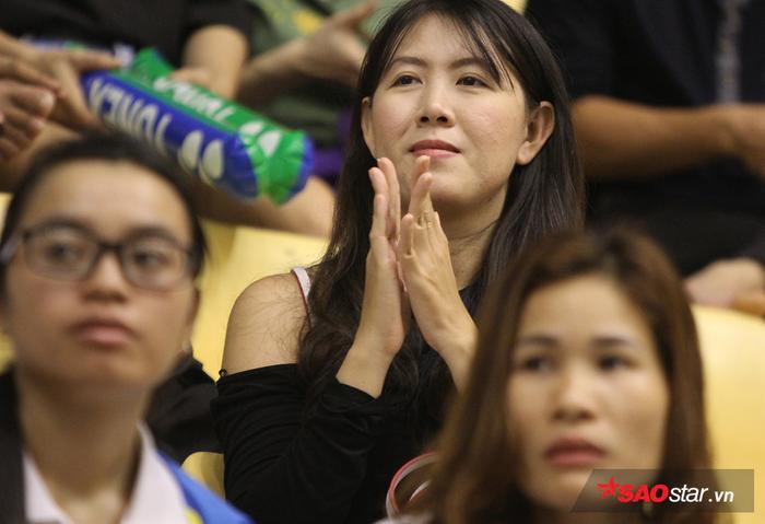 Một số fan như muốn khóc khi tay vợt chủ nhà không thể vô địch.