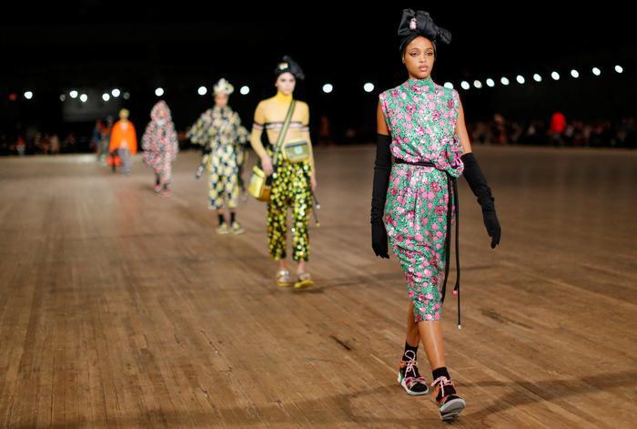 """""""Vở kịch"""" được tạo dựng nên từ 56 nàng mẫu trong 56 bộ cánh mang phong cách thời trang nổi bật nhất từ nhà Marc Jacobs."""