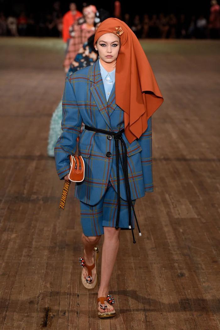 Những bộ suit được biến tấu trở nên thời trang hơn qua từng chi tiết từ thắt lưng bản dài đến clutch cầm tay. Đặc biệt, form dáng oversized sẽ là điểm chủ chốt trongBST Spring 2018 của Marc Jacobs nhằm thể hiện những tính cách thời trang riêng đến từ thương hiệu.