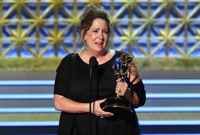 Ann Dowd nhận giải Nữ Phụ Chính Kịch xuất sắc nhất cho phimThe Handmaid's Tale. Hình ảnh: Kevin Winter/Getty Images.