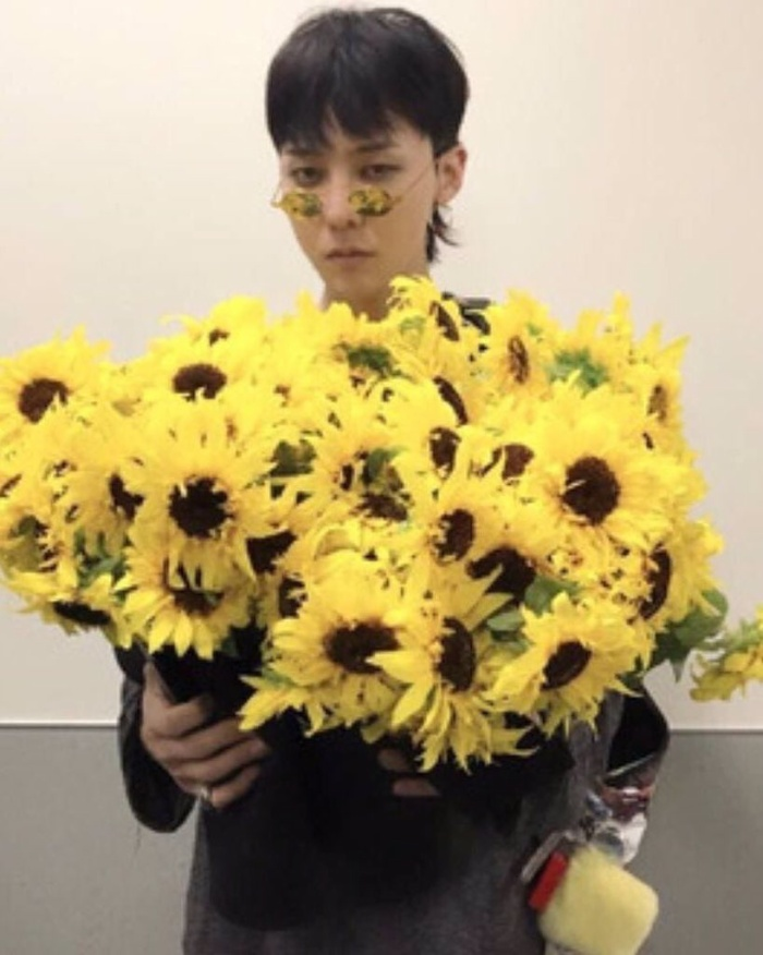Trong phần Send-off, anh chàng ngọt ngào gửi tặng fan những bông hoa rực rỡ thay lời cảm ơn.