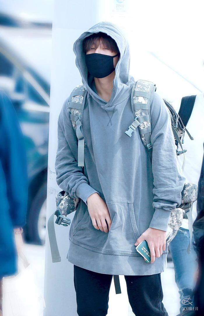 Phong cách casual cùng biểu cảm ngái ngủ thường thấy của Jungkook