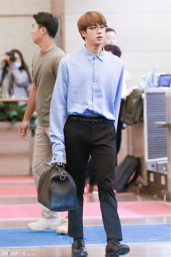"""Bờ vai """"bao la như Thái Bình Dương"""" của Jin được khoe triệt để khi anh chàng diện áo sơ mi"""