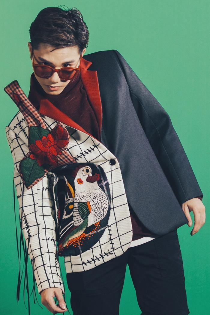 """""""Cuội khờ"""" Juun Đăng Dũng cũng được biến hóa cá tính bởi gout thời trang hiện đại pha trộn với phong cách cổ điển, đậm chất Á Đông."""