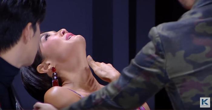 Chị Đại khóc nức nở đến mức HLV Moo Asava phải sang dành một cái ôm an ủi cho đối thủ.