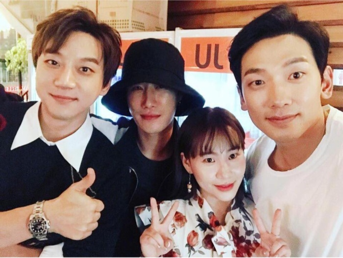 Bức ảnh chụp chung của dàn cố vấn (từ trái sang HwangChi Yeol, San E,Jo Hyun Ah, Bi Rain).