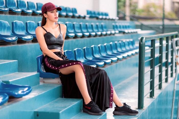 """Mảnh ghép độc đáo trên ghế nóng The Face Việt Nam chia sẻ: """"Nếu không đi diễn, tôi sẽ không chọn mang cao gót và hiếm hoi lắm mới mặc váy. Tôi thích sneaker phối đồ thể thao, trông năng động, khoẻ khoắn hơn hẳn""""."""