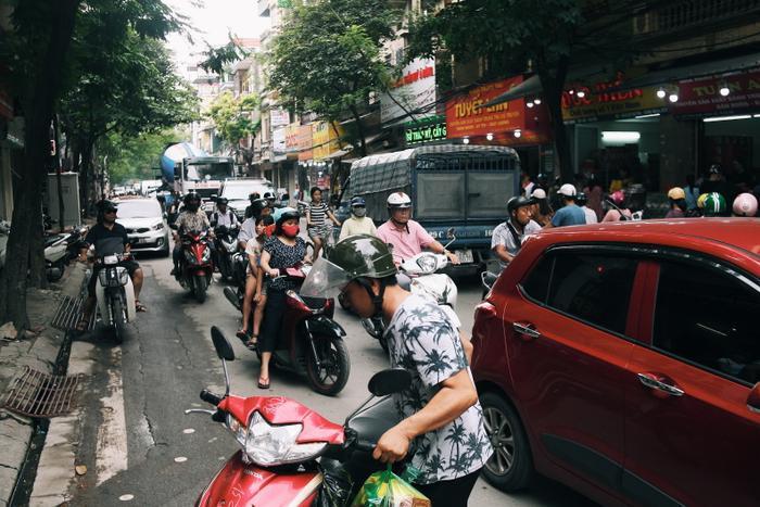 Đường Thụy Khuê đông đúc, tắc nghẽn vì quá đông người đứng xếp hàng chờ mua bánh Trung thu.