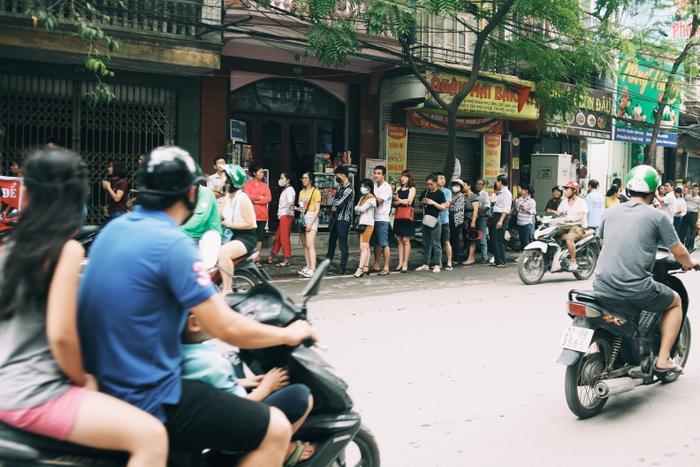 Phía bên ngoài, hàng trăm người dân xếp hàng dài chờ đợi.