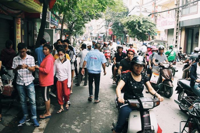 Hà Nội: Dòng người xếp hàng dài cả trăm mét chờ mua đặc sản bánh Trung thu Bảo Phương ảnh 7