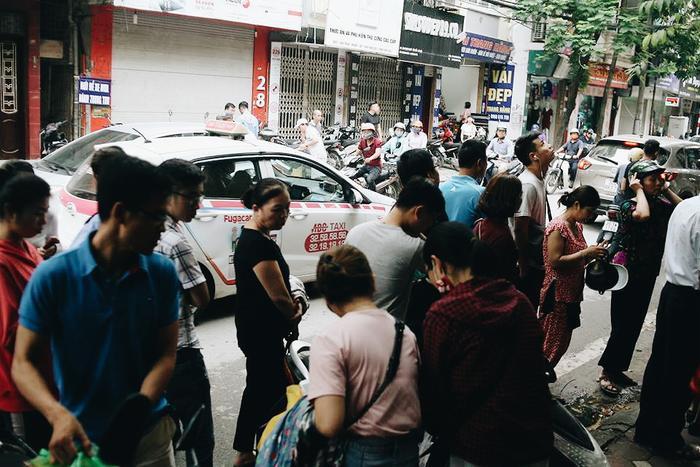 Khung cảnh trước cửa hiệu bánh đôi lúc còn trở nên hỗ loạn vì người ra người vào, người dừng xe, người đứng chờ…