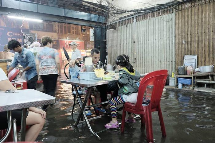 """Bữa ăn giữa mùa """"phố cũng như sông"""" ở Sài Gòn."""