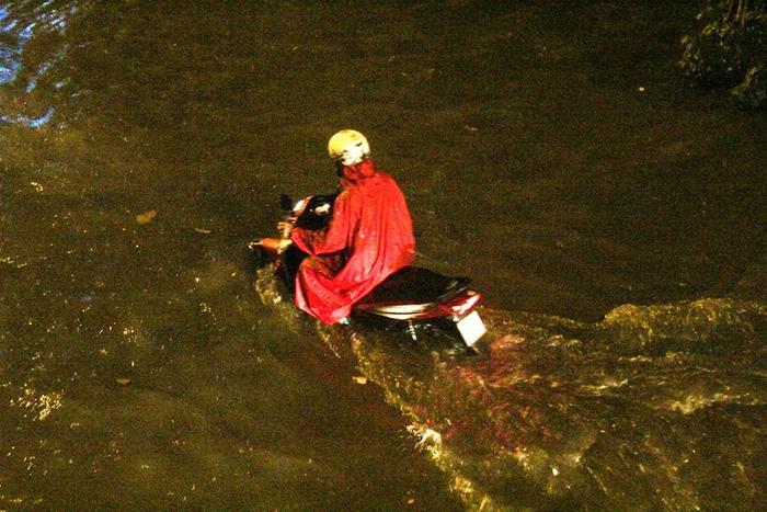 Trong khi đó tại khu vực đường Khánh Hội, đường số 41,… (quận 4) cũng ngập khá nặng. Nước ngập hơn nửa bánh xe khiến nhiều phương tiện tắt máy.