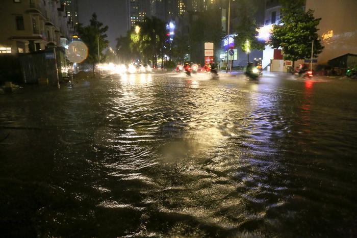 Đến 20h, mặc dù mưa đã ngớt nhưng cảnh tượng ngập lụt vẫn chưa có dấu hiệu giảm xuống.