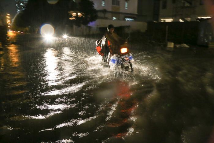 Cảnh tượng ngập úng diễn ra đồng loạt ở nhiều Q. nội cũng như ngoại thành Sài Gòn.
