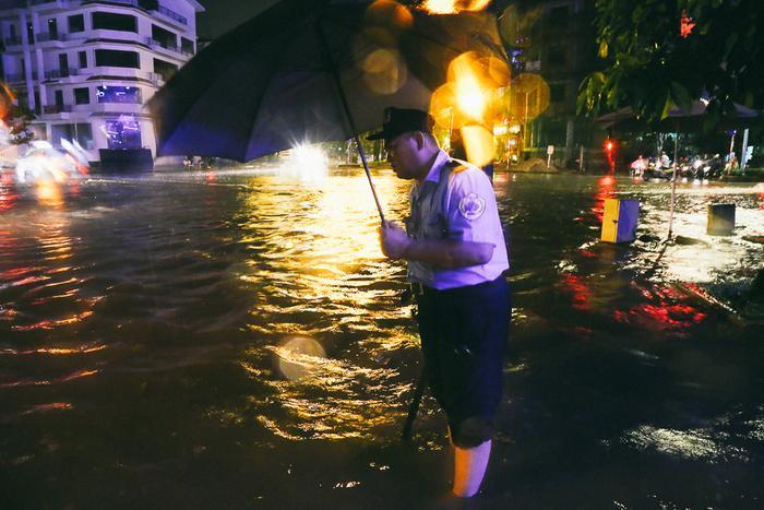 Cơn mưa 3 tiếng khiến ngay cả việc đi bộ cũng gặp nhiều khó khăn.