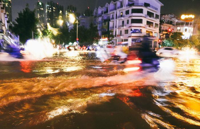 Trận mưa xảy ra từ 17h và đến 20h mới ngớt dần.
