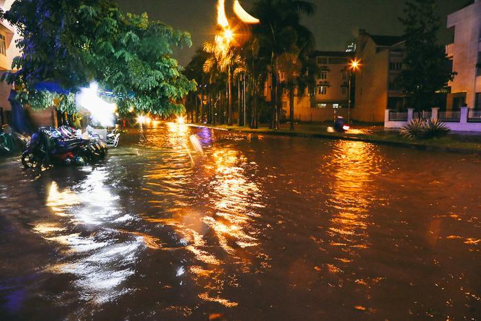 Khu phố nhà giàu ở Sài Gòn cũng chìm trong biển nước.