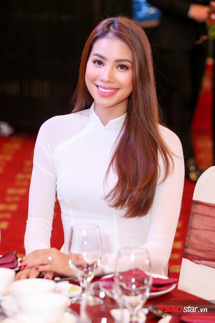 Tối 30/9, lễ công bố đại sứ Nhật ngữ của Hiệp hội giáo dục tiếng Nhật dành cho các quốc gia không sử dụng chữ Hándiễn ra với sự góp mặt của Hoa hậu Hoàn vũ Việt Nam 2015 - Phạm Hương.