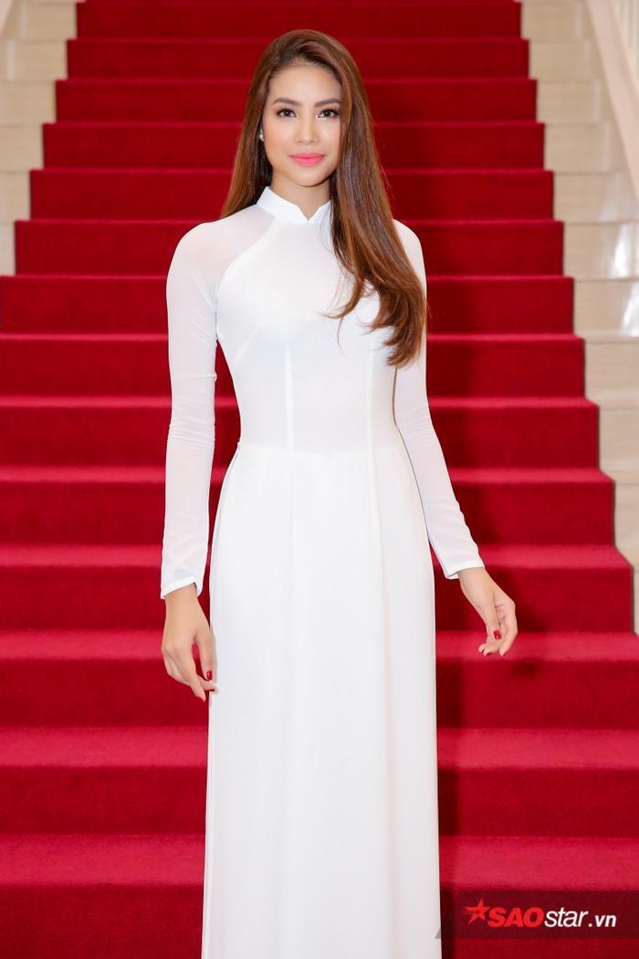 Chọn cho mình bộ áo dài của của nhà thiết kế Thuận Việt, nàng Hoa hậu quốc dân trang điểm nhẹ nhàng, khoe đẹp nền nã, khác biệt hình ảnh cá tính, quyến rũ thường thấy.