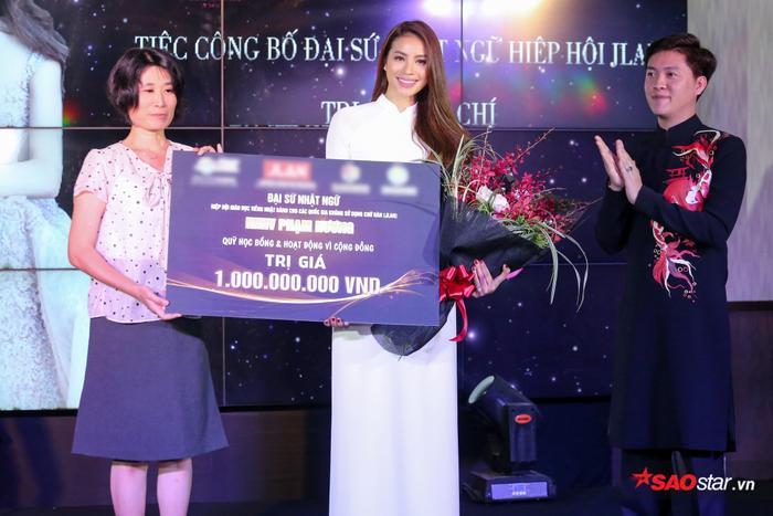 Tại sự kiện, Hoa hậu Phạm Hương vinh dự tiếp nhận học bổng và hoạt động vì cộng đồng trị giá 1 tỷ đồng khi đảm nhiệm vai trò đại sứ.
