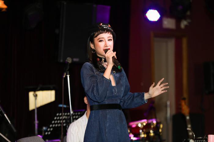 Tại buổi fan meeting, Angela Phương Trinh còn tự tin thể hiện giọng hát trong một đoạn ca khúc Vì ai vì anhtrước niềm mong mỏi của các fan.