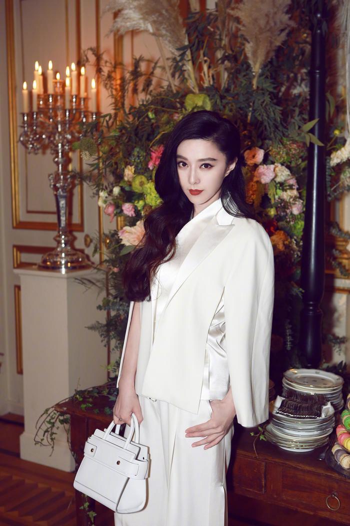 Phạm Băng Băng diện thiết kế trắng tinh tươm trong tiệc trà chiều cho một nhãn hàng thời trang tổ chức.