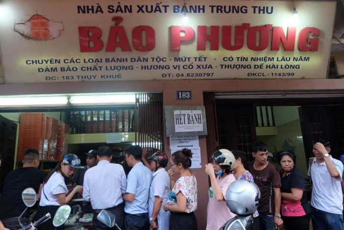 Tuy nhiên, do lượng khách quá lớn có lúc tiệm bánh treo biển hết bánh.