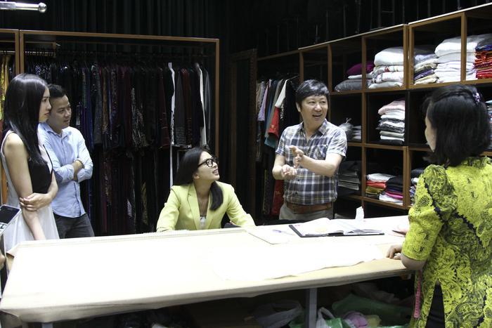 Nhà thiết kế Sĩ Hoàng (áo sơmi caro) chia sẻ về công việc may Áo dài.