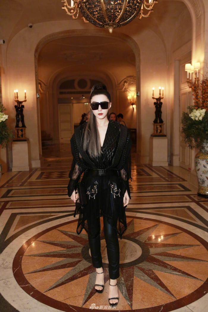 Nữ diễn viên được đánh giá là có thể xử lý nhiều bộ trang phục khó, thể hiện được nét đặc trưng của mỗi bộ trang phục riêng. Ví dụ như trong trường hợp này, bộ đồ không hề dễ mặc.