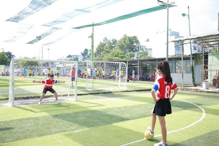 Cô gái nhỏ nhắn ngày nào chỉ biết bóng đá qua màn hình nhỏ, bây giờ theo bạn trai ra sân bóng thực sự và cảm nhận không khí của bóng đá. Với Hà - Văn, chính những giây phút ấy giúp họ gắn chặt lại với nhau hơn.
