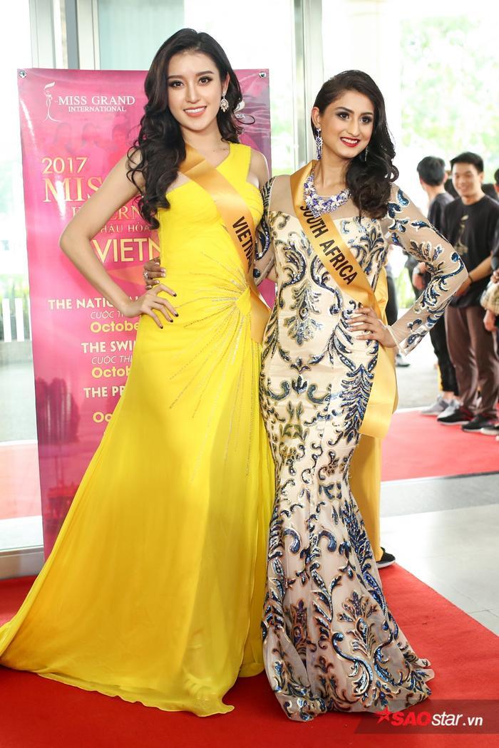 Huyền My cùng Hoa hậu Nam Phi.