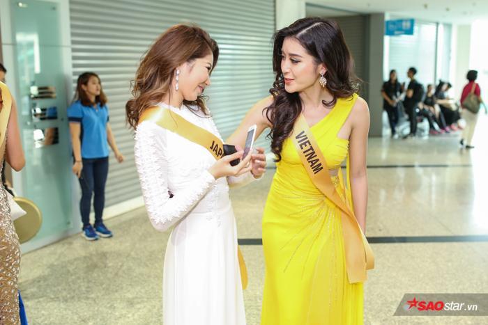 Không chỉ thế, Huyền My còn vui vẻ trò chuyện và chụp ảnh lưu niệm với Miss Grand Nhật Bản. Cô bày tỏ cảm giác hạnh phúc lẫn tự hào khi thấy thí sinh này chọn Áo dài - trang phục truyền thống của Việt Nam để ra mắt truyền thông.