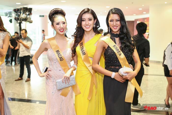 """Người đẹp """"khoe"""" thần thái rạng rỡ khi chụp ảnh bênMiss Macau và Miss Korea."""