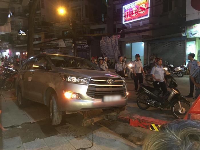 Chiếc xe đã được cẩu về phường chờ xử lý đúng quy định.