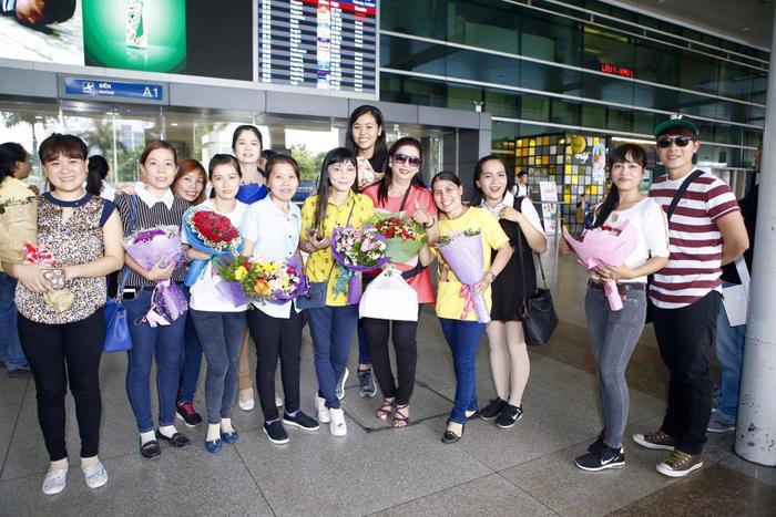Các fan có mặt ở sân bay từ sớm để đón nghệ sĩ Ngọc Huyền về nước.