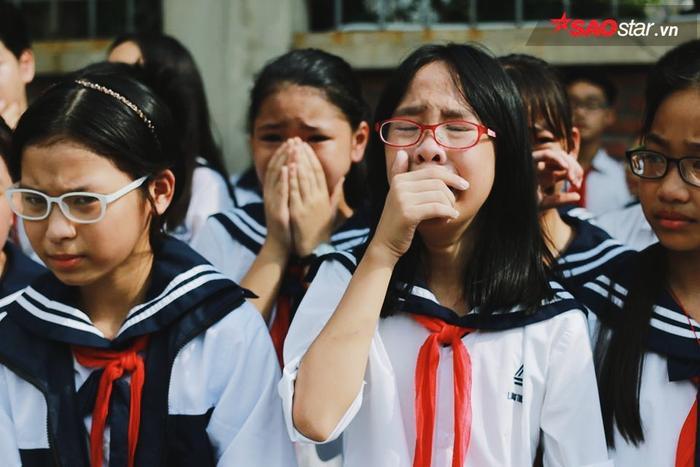 Những giọt nước mắt lăn dài trên má, thương tiếc sự ra đi của người thầy đã dành cả cuộc đời cống hiến cho sự nghiệp giáo dục. Ảnh: Mai Anh.