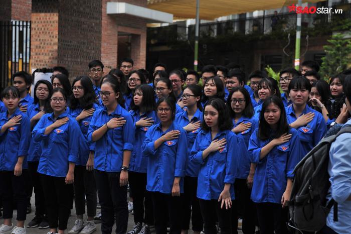 Tiếng đồng ca của các em học sinh đã hòa cùng nước mắt.
