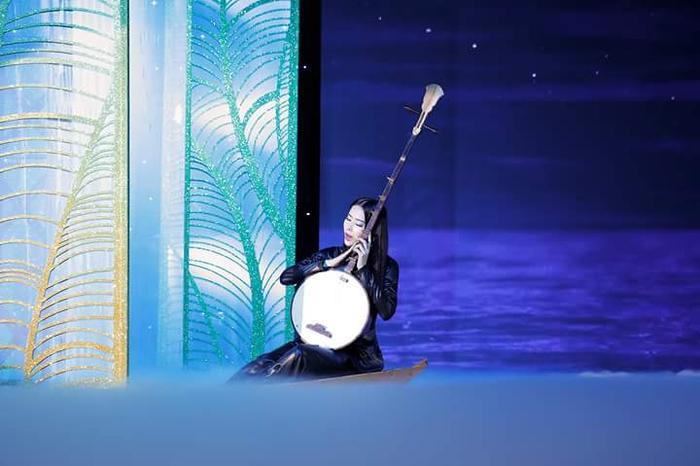Nam Em giữ vị trí first-face, mở màn cho cả đêm diễn. Top 8 Miss Earth 2016 ngồi trên xuồng, thể hiện một đoạn trong ca khúc Dạ cổ hoài lang nổi tiếng.
