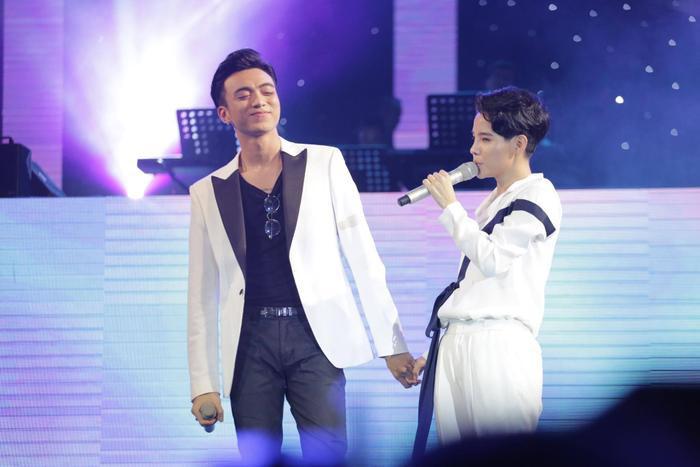 Soobin ôm Vũ Cát Tường, cả 2 song ca cực tình cảm.