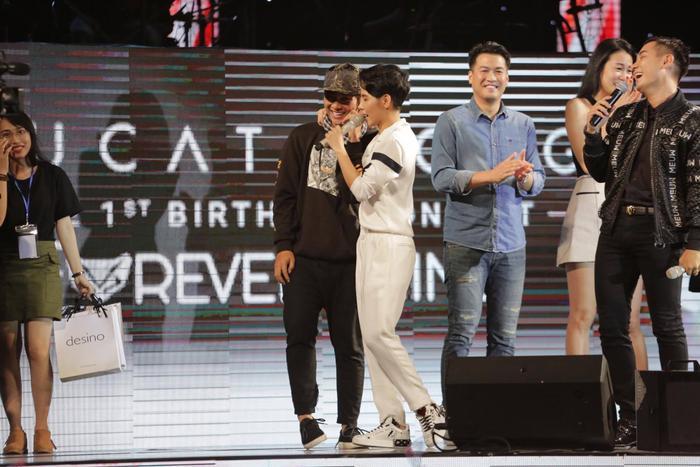 """Hoài Lâm bất ngờ xuất hiện từ cánh gà, ôm chặt cô bạn đồng nghiệp như thể fan cuồng khiến mọi người đều """"hoảng hốt""""."""