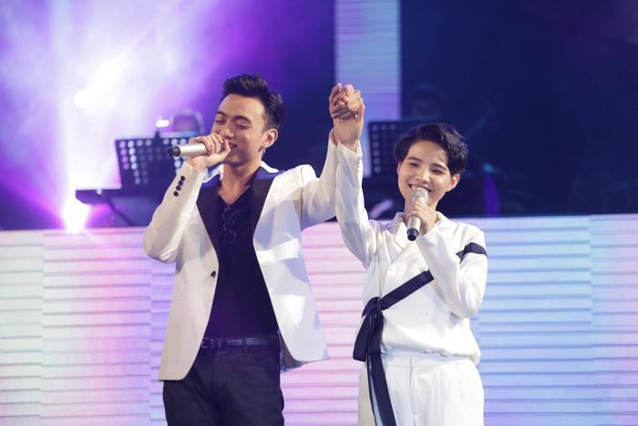 Đó chính là Soobin Hoàng Sơn, lịch lãm trong bộ vest trắng, đen hợp tone với nhân vật chính.