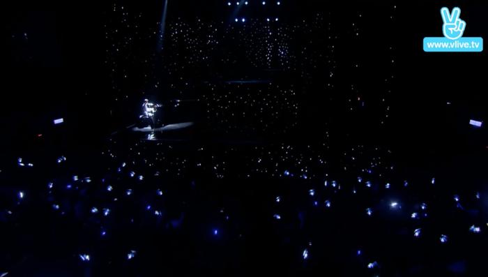 Birthday Concert chính thức bắt đầu với sự xuất hiện của nhân vật chính bên cây đàn 5 tỷ.