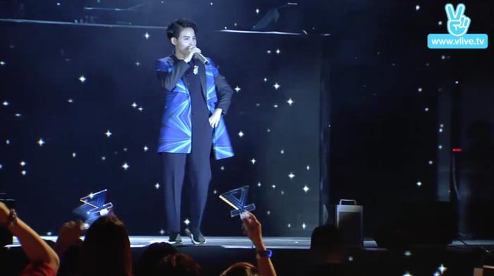 Giọng ca Mơ tiếp tục biến hoá về trang phục với bộ vest xanh, quần tây đen, thể hiệnVài phút trước,mở màn cho phần chương trình sôi động.