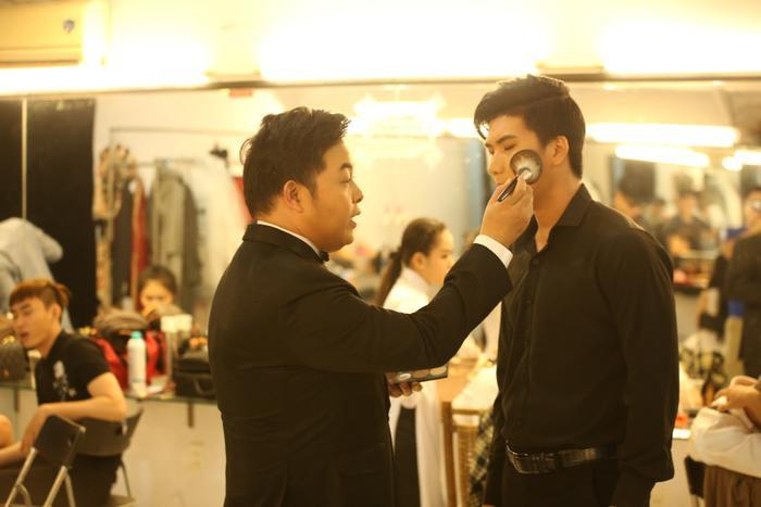 HLV Quang Lê thường xuyên tạo điều kiện cho học trò xuất hiện sau chương trình. Trong ảnh, anh còn tận tay make up cho học trò.