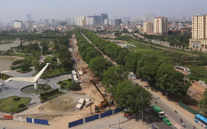 Sáng 18/10, gần 1.300 cây xanh hai bên đường Phạm Văn Đồng (Cầu Giấy, Hà Nội) đã bắt đầu được lực lượng công nhân cắt tỉa, chặt hạ, di dời. Đây là công trình do Ban quản lý đầu tư xây dựng công trình giao thông Hà Nội (Sở GTVT Hà Nội) làm chủ đầu tư.