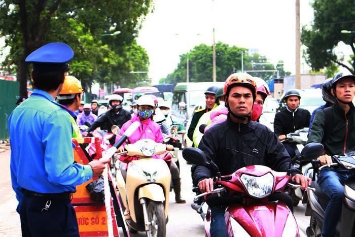Mới cắt tỉa được 1,2 cây nhưng tuyến đường Phạm Văn Đồng đã bị ách tắc, người dân di chuyển khó khăn theo hướng vào nội thành Hà Nội.