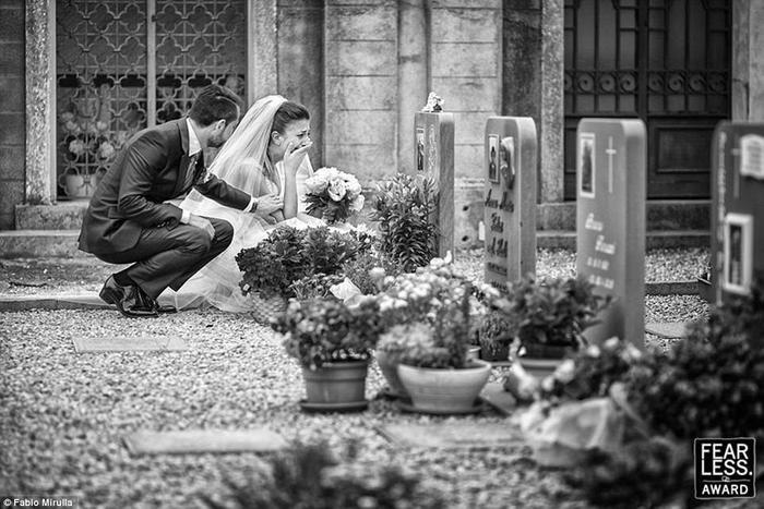 Chú rể kiên nhẫn ngồi phía sau an ủi cô dâu bằng hành động cực tình cảm