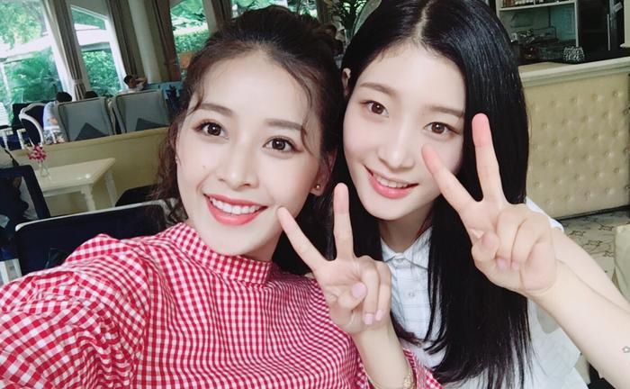 """Ngày 26/7/2017, báo Hàn đồng loạt đăng tải hình ảnh Chi Pu chụp cùng """"nữ thần thế hệ mới"""" Jung Chae Yeon trong thời gian thành viên DIA đến Việt Nam quay phim."""